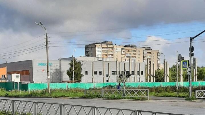 Уже стоят сваи: в Ярославле на месте автостоянки могут воткнуть офисный центр
