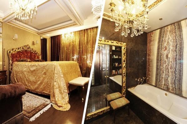 В роскошной квартире много золота, зеркал, а в ванной комнате есть даже слэбы оникса
