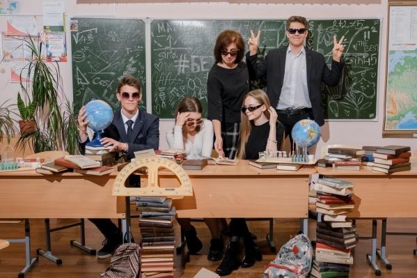 Солнечные очки в классе и граффити на доске — выглядит непривычно, но очень круто