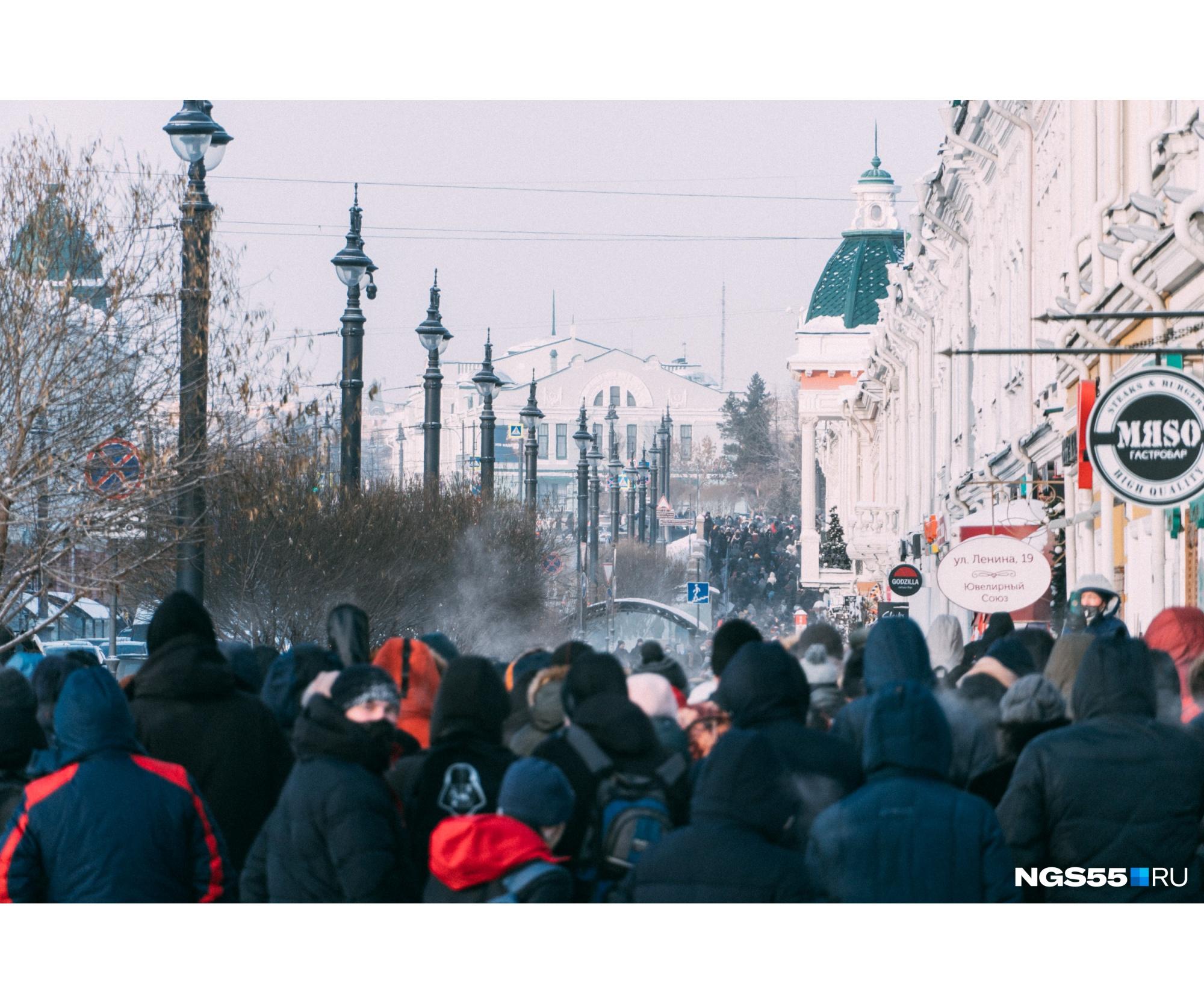 Официально МВД заявляет, что в Омске сегодня собиралисьоколо 500 протестующих. Посчитать самим их было довольно сложно из-за того, что люди к Соборной площади шли разными путями
