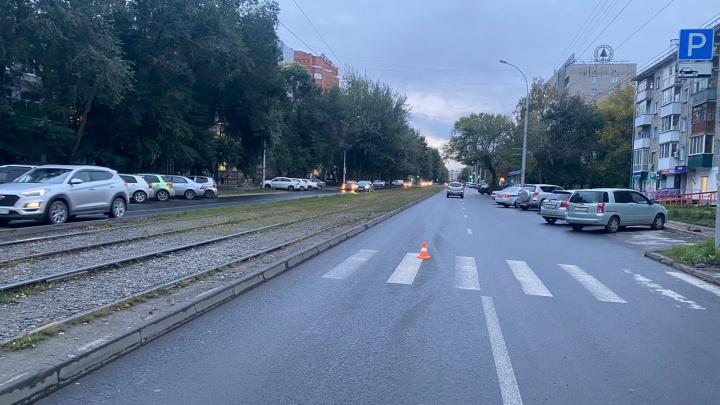 В Новосибирске Toyota Mark II сбила 16-летнего парня на «зебре»