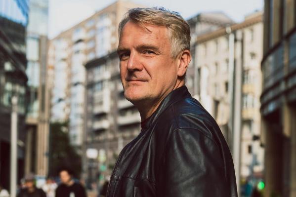 Актеру Сергею Пиоро 49 лет, он родился в Свердловске и отучился в екатеринбургском театральном