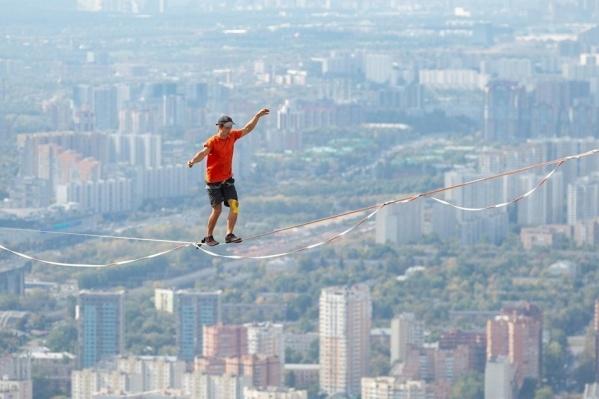"""Атлет во время шествия над Волгой будет находиться на высоте <nobr class=""""_"""">80 метров</nobr> от воды"""
