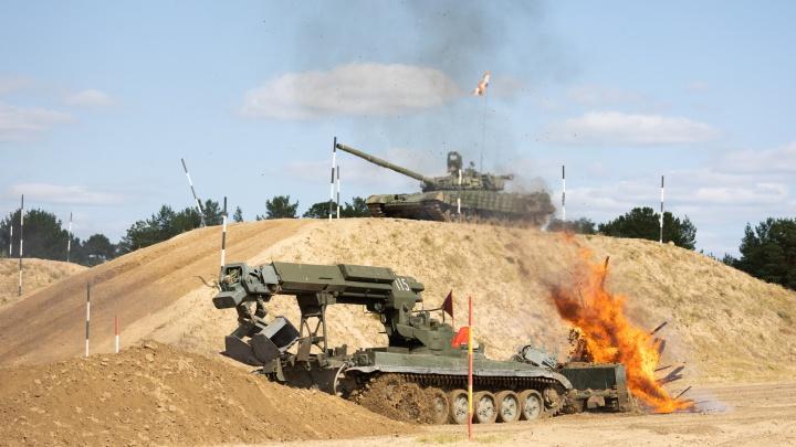Рев двигателей и грохот танков: фоторепортаж с финала армейских игр в Тюмени