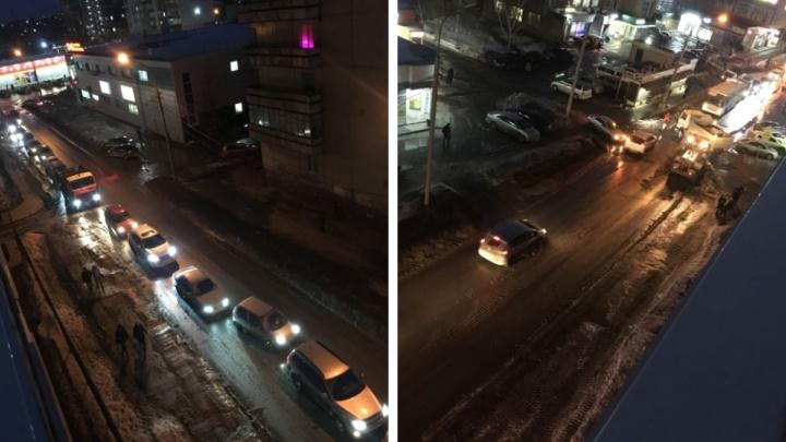 В Новосибирске улицу перекрыли из-за уборки снега — в час пик автомобилисты застряли в пробке