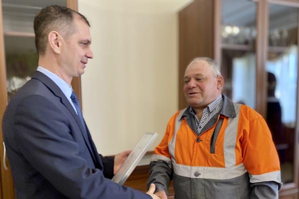 Исполнительный директор Евгений Сахаров поздравил юбиляров предприятия
