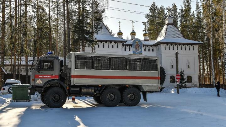 В Среднеуральский женский монастырь снова пришли силовики: на этот раз взломали дверь столовой
