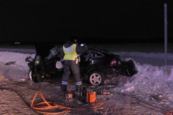 Все люди, находившиеся в машине, получили травмы, а девушка на переднем сиденье погибла