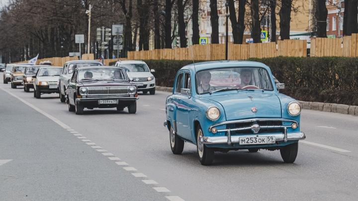 Яркие «Волги», «Москвичи» и «Запорожцы». Смотрим на пробег ретроавтомобилей по улицам Перми
