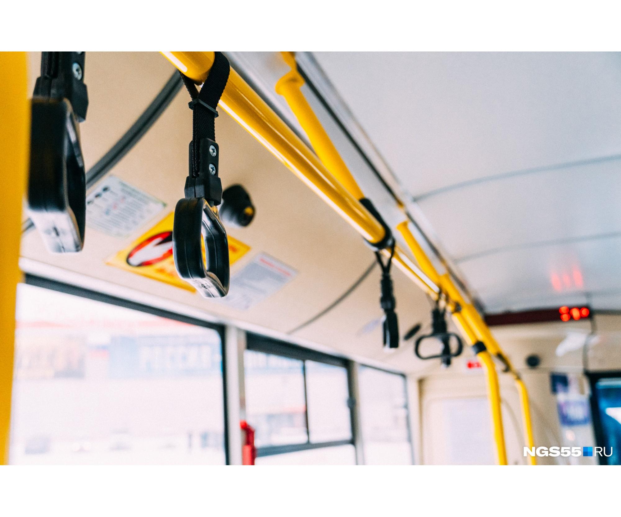 Верхние поручни в автобусе всё же есть, но в низкопольном автобусе дотянуться до них сможет не каждый — для этого навешены дополнительные ручки