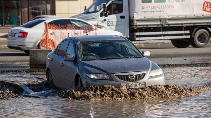 Страдающая Большая: дорога после ремонта превратилась в озеро — смотрите, как плывут машины (репортаж)