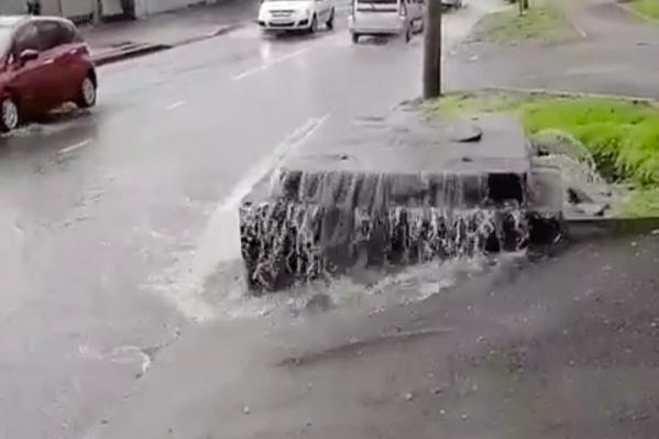 Местные жители прозвали это место «фекальным водопадом»