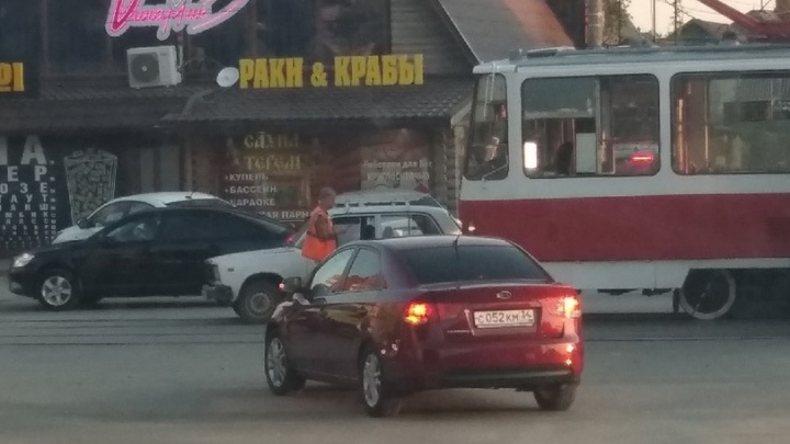 Пытался проскочить через пути: в Волгограде трамвай протаранил «семерку»