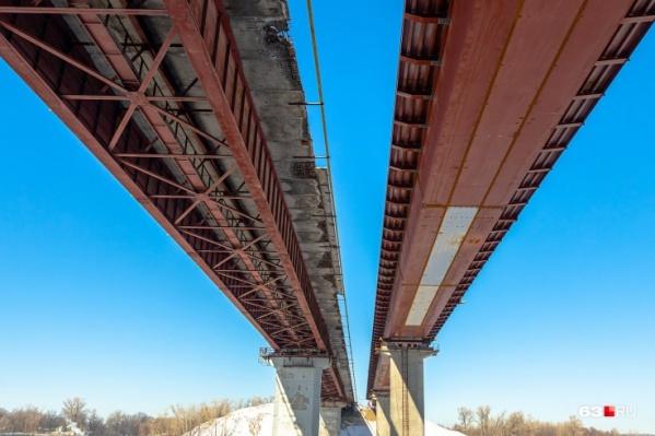 В сравнении с новым мостом, старый выглядит особенно удручающе