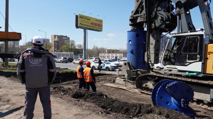 Ввинчивают гильзу на глубину 19 метров: публикуем фото с места строительства путепровода на Ново-Садовой