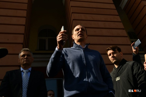 Председатель правления банка Константин Лёвушкин вышел к толпе, собравшейся у входа в банк