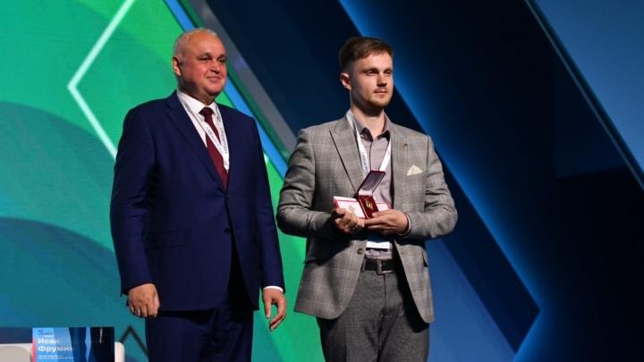 Лучший учитель Кузбасса получил 500 тысяч. Рассказываем, кого еще наградили на образовательном форуме