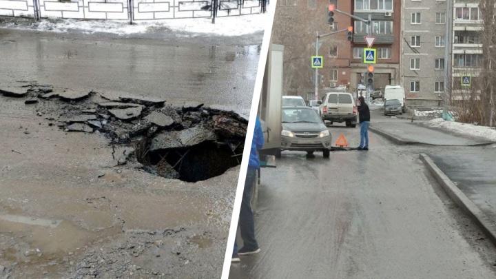 Жители Заречного микрорайона пожаловались на огромную дыру в асфальте