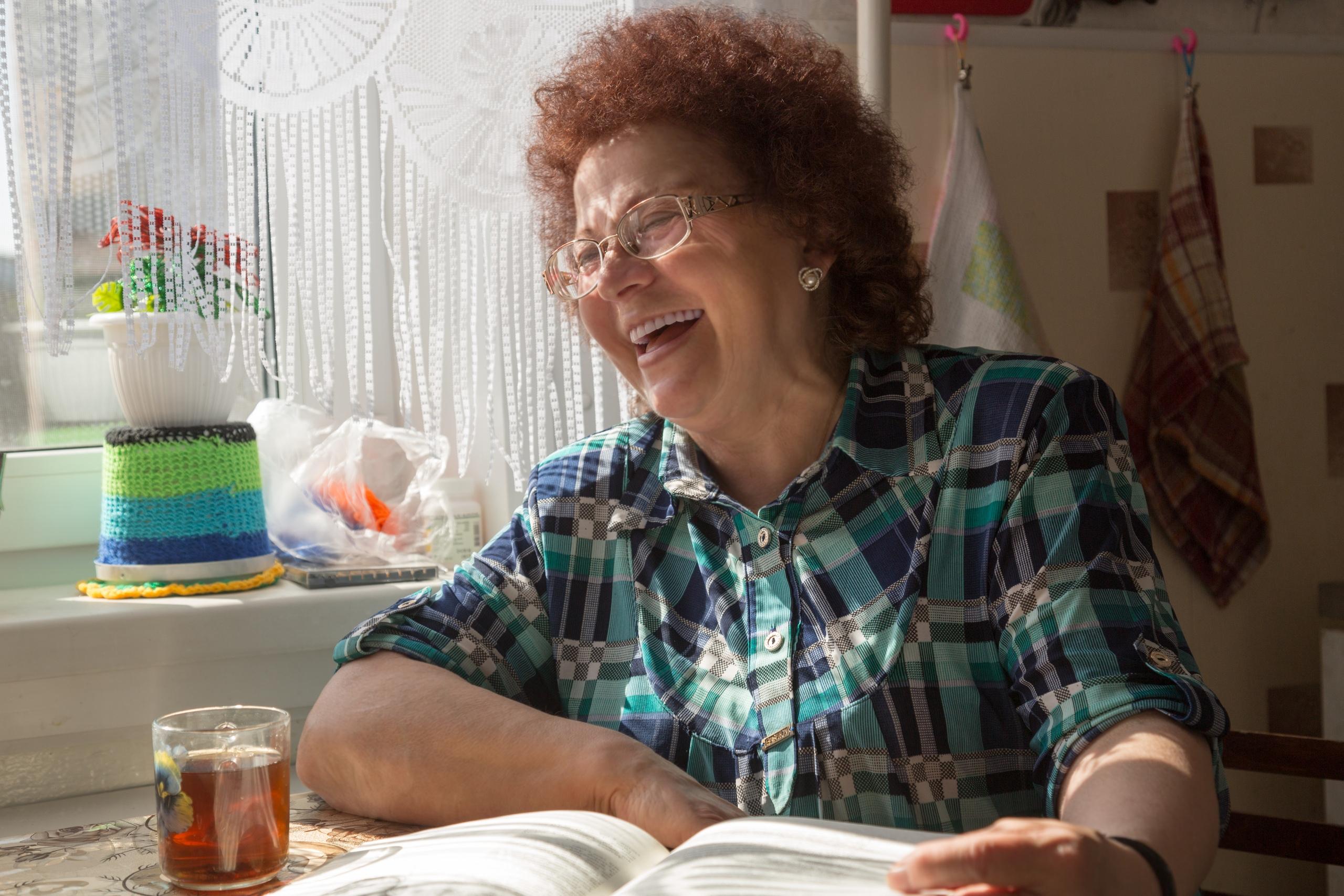 Бабушка Нина, живет в селе Холмогоры