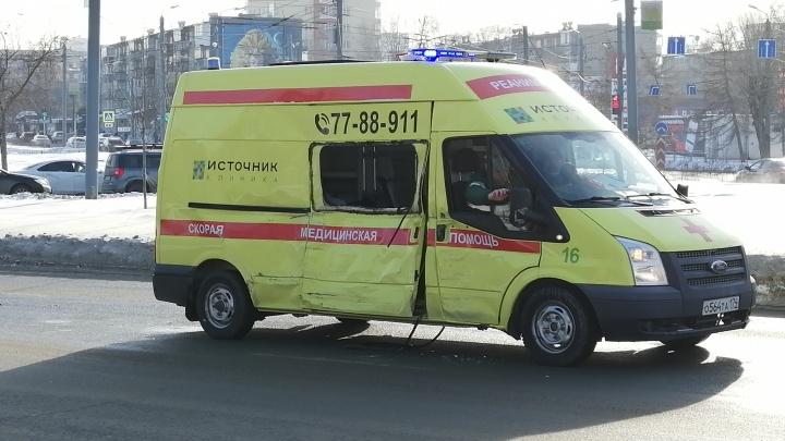 В центре Челябинска маршрутка протаранила машину реанимации, спешившую на помощь пациенту