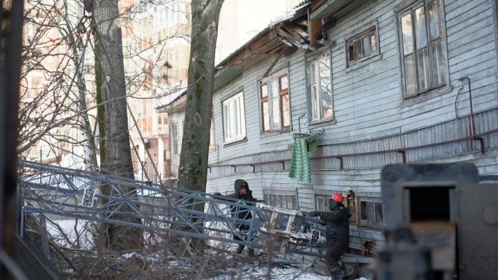 «Знаете, как тряхнуло!» В Архангельске на жилой дом упал строительный кран: репортаж с места ЧП