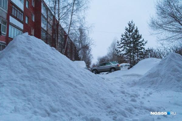 Полноприводные внедорожники, казалось бы, очутились в своей стихии — но кое-где снега намело слишком много