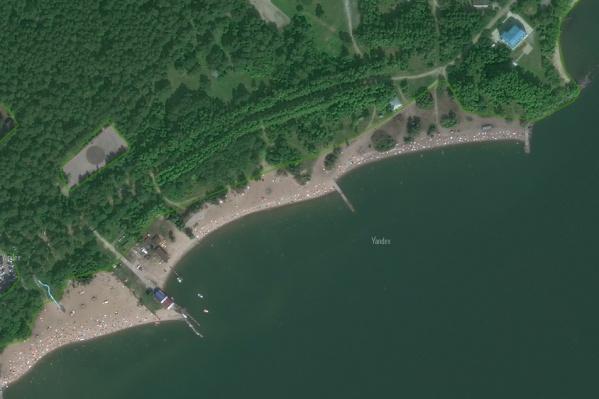 Пляж находится недалеко от плотины ГЭС