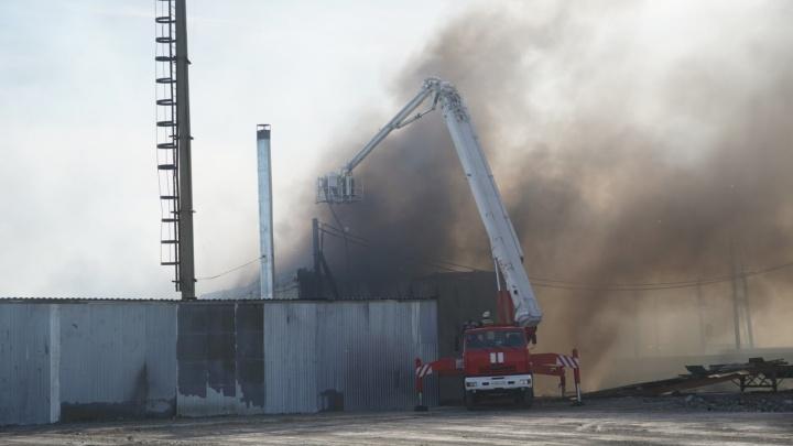 Пожарные справились с пламенем на 2-й Солнечной, где горели склады на площади 5500 квадратов