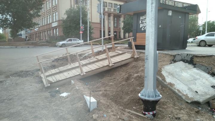 «Пешеходы проигрывают»: уфимец раскритиковал отсутствие тротуара на Комсомольской