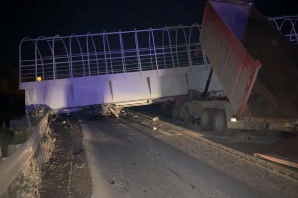 По предварительным данным, водитель самосвала забыл опустить кузов и зацепился за переход