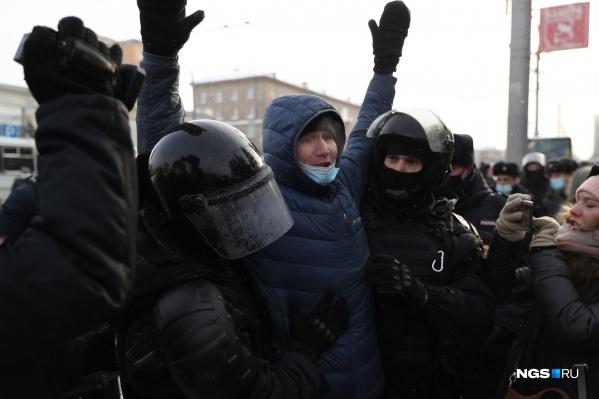 23 января Новосибирск вышел в лидеры по количеству задержаний в России — полицейские увели в автозаки более 100 человек, точная цифра до сих пор неизвестна
