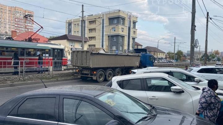 В Краснодаре грузовик насмерть сбил 17-летнюю девочку