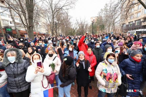 Демонстранты вышли на шествие за свободу Навального