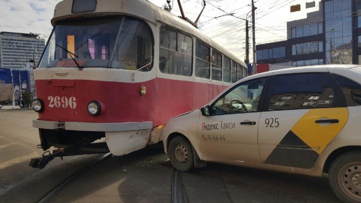 Затронуло четыре маршрута: в центре Волгограда ДТП с такси остановило движение трамваев