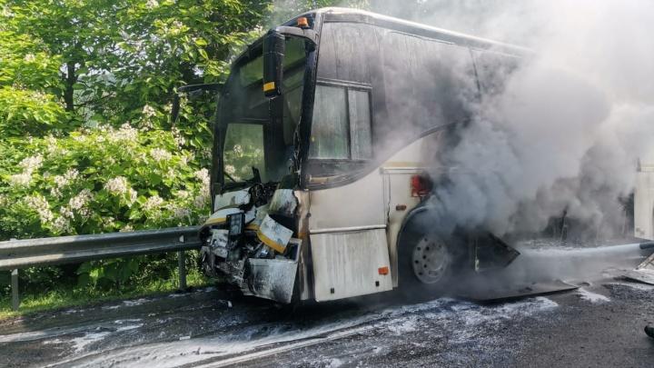 После ДТП с детским автобусом в Туапсинском районе госпитализировали подростка и водителя