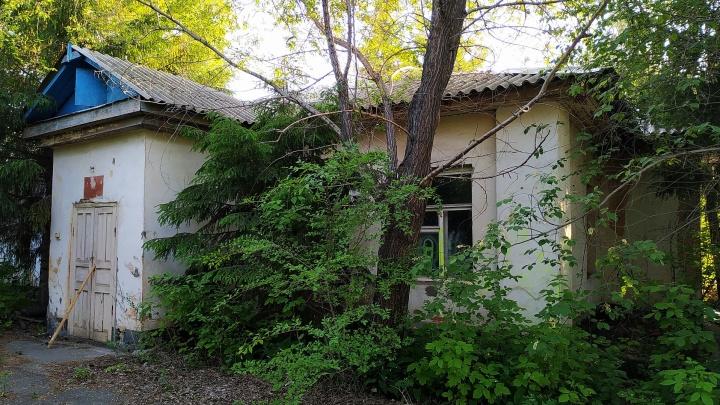 Бывшие склады Минобороны с землей в центре Омска продают за 50 миллионов рублей