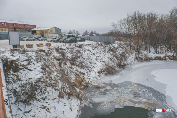 Парковка находится в опасном месте — прямо у склона к реке
