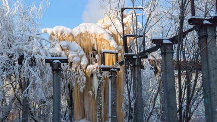 В ТГК-2 назвали двухэтажную ледяную глыбу на теплотрассе в Архангельске «небольшим дефектом»