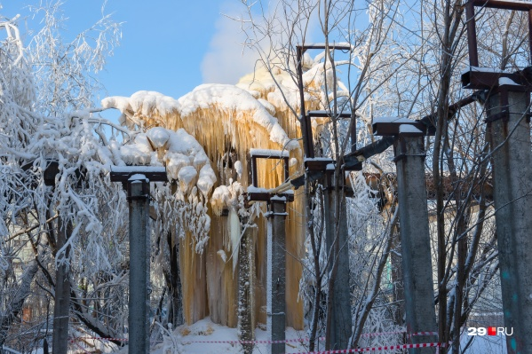 Местные жители рассказали, что протечка существовала с осени, а наледь копилась всю зиму<br>