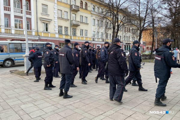 Сотрудники полиции задерживают участников несанкционированного митинга