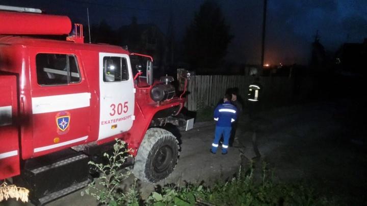 В Екатеринбурге после взрыва загорелся частный дом
