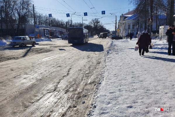 Даже толстым слоем льда не прикрыть дыры на дорогах Ярославля