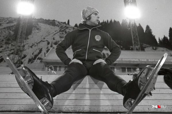Этот снимок сделан в середине 1970-х челябинским фотографом Юрием Теушом. На фото — конькобежец Александр Сафронов на скамейке для отдыха спортсменов