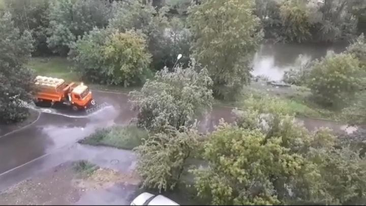 В Екатеринбурге машина поливала лужи во время дождя. В мэрии объяснили, зачем это было нужно