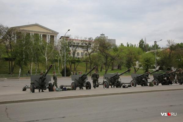 Пушки выстроились на Нижней террасе набережной