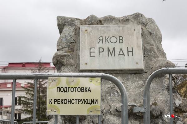 Разваливающийся памятник на братской могиле пока просто огородили