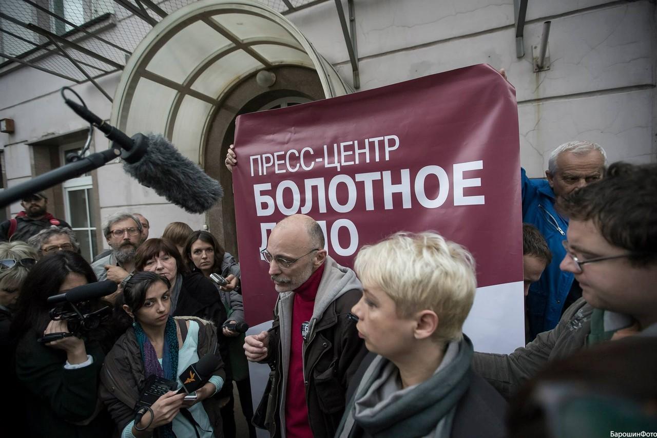 Дмитрий Борко около пресс-центра Болотного дела