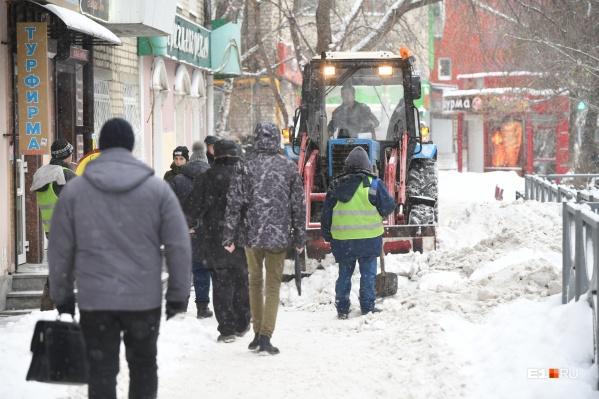 Снег и лед с тротуаров и придомовых территорий должны убирать своевременно, чтобы предотвратить падения и травмы