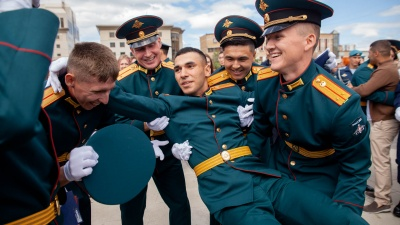 """Получили погоны, пили из касок и подкидывали товарищей. Как прошел выпускной молодых офицеров <nobr class=""""_"""">в Тюмени</nobr>"""
