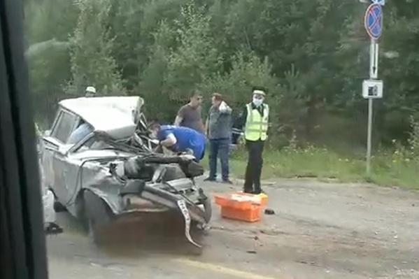 Водителя и пассажира зажало в «четверке»